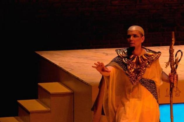 TRABAJANDO EN MADRID. El tucumano interpreta a Lelio, el sacerdote egipcio que acompaña a Cleopatra. GENTILEZA Valeria Andrea Ruiz